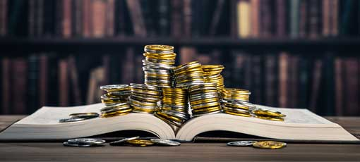 Geldstücke liegen auf einem Buch