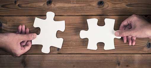 Zwei passende Puzzleteile werden zusammengefügt