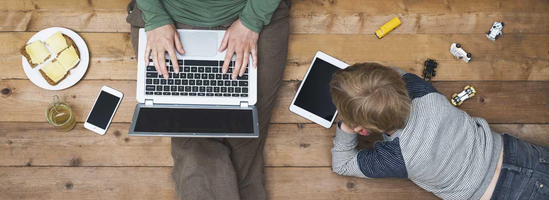 Im Fernstudium zum Erziehungsberater - Vater und Kind sitzen vor Laptop