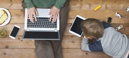 Vater und Sohn lernen zu Hause am Notebook