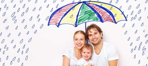 Eltern halten Regenschirm schützend über ihr Kind