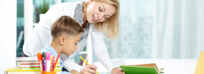 Ausbildung zum Erzieher - Erzieherin kümmert sich um kleinen Jungen