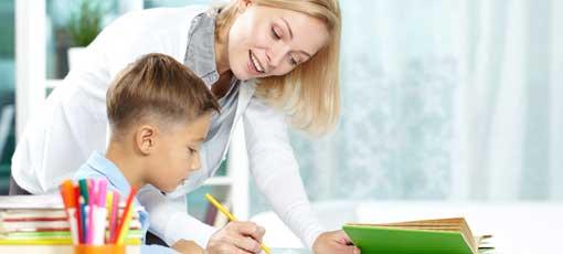 Erzieherin lernt mit Kind