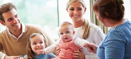 Eltern mit Kindern bei einer Beratungssitzung