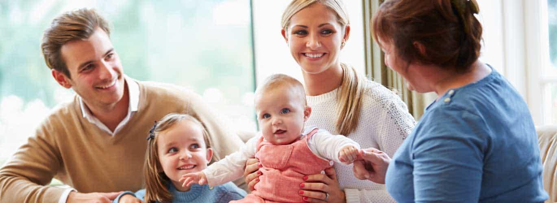 Elternberatung bei Erziehungsproblemen - Familie bei einer Beratungssitzung