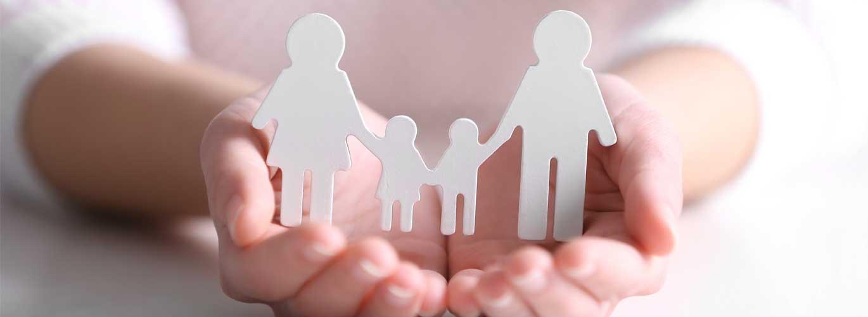 Die Erziehungshilfe - Frau hält Hand wie eine Schale in der eine Familie steht
