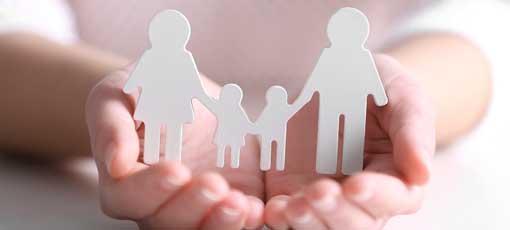 Zwei Hände schützen eine Familie