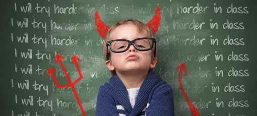 Kind verkleidet als kleiner Teufel