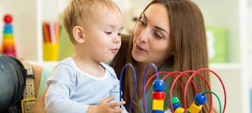 Erzieherin spielt mit einem Kind