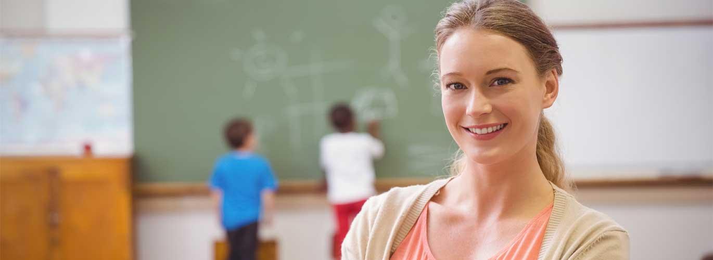 Die Ausbildung zum Lernberater - Lehrerin mit Kindern an der Tafel