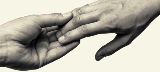 Zwei Hände berühren sich an den Fingerspitzen