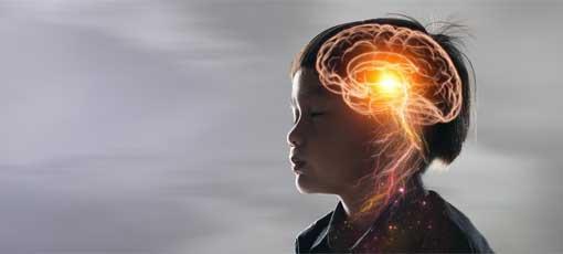 Leuchtendes Gehirn eines in sich gekehrten Kindes