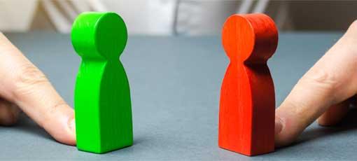 Grüne und Rote Holzfiguren stehen sich gegenüber